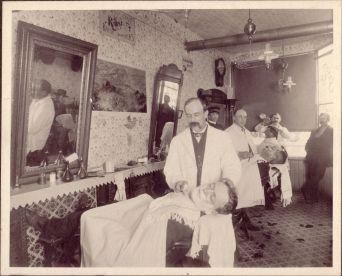 Salon de barbier du début du siècle.